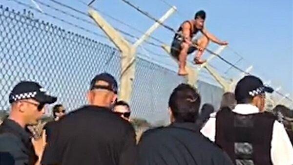 Refugiados protestan por su retención en una base militar británica en Chipre - Sputnik Mundo