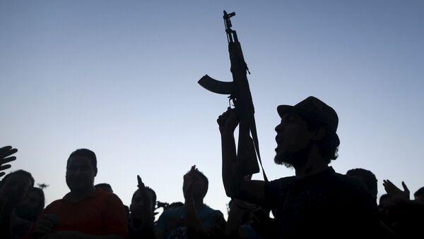 Un hombre armado en Libia (imagen referencial) - Sputnik Mundo