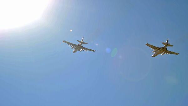 Cazas rusos Su-25 despegan de la base aérea de Hmeymim en Siria - Sputnik Mundo