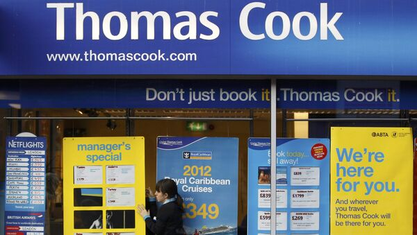 Worker changing the window display of Thomas Cook in Loughborough - Sputnik Mundo