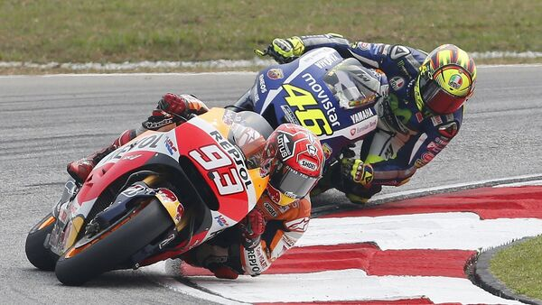 Honda MotoGP rider Marc Marquez (front) of Spain and Yamaha MotoGP rider Valentino Rossi of Italy ride during the Malaysian Motorcycle Grand Prix - Sputnik Mundo