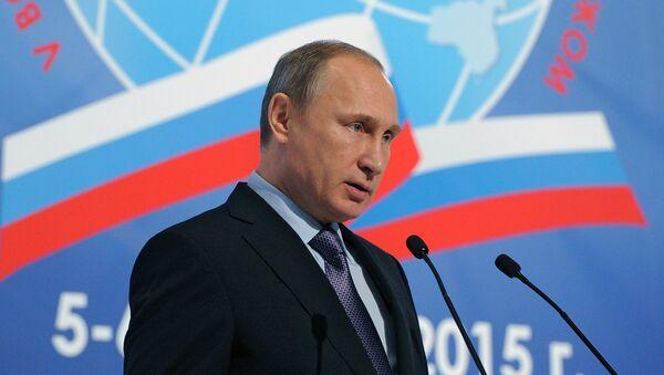 Presidente de Rusia, Vladímir Putin, pronuncia su discurso durante el V concilio internacional de compatriotas - Sputnik Mundo