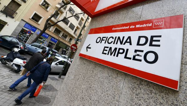 People walk outside a government employment office in the center of Madrid on January 3, 2014. - Sputnik Mundo