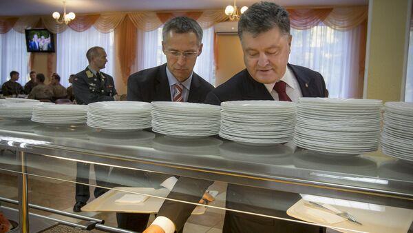 Secretario general de la OTAN Jens Stoltenberg y presidente de Ucrania Petró Poroshenko tras la inauguración de los ejercicios 'Ucrania-2015' - Sputnik Mundo