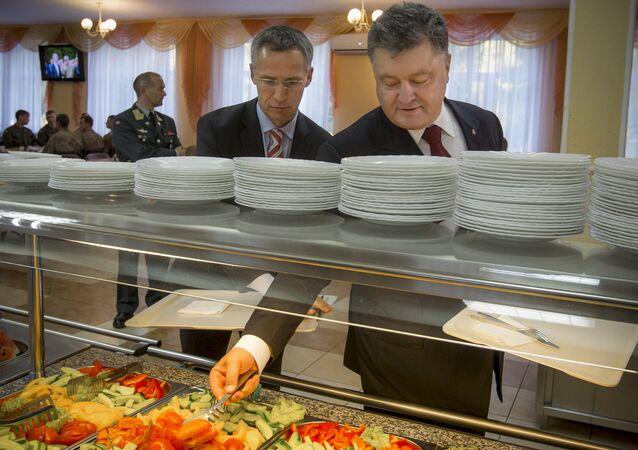 Secretario general de la OTAN Jens Stoltenberg y presidente de Ucrania Petró Poroshenko tras la inauguración de los ejercicios 'Ucrania-2015'