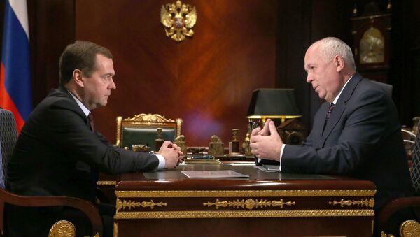El primer ministro de Rusia, Dmitri Medvédev y el director general de la corporación Rostec, Serguéi Chémezov - Sputnik Mundo