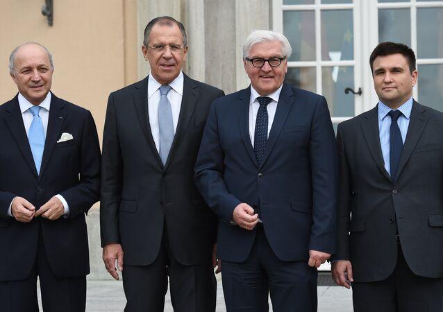(De izda.) Ministro de Exteriores de Francia dimitido, Laurent Fabius con ministros de Exteriores de Rusia, Serguéi Lavrov, de Alemania, Frank-Walter Steinmeier y de Ucrania, Pavló Klimkin (archivo)