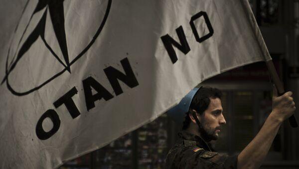 Activista anti-OTAN participa en una marcha contra la OTAN (Archivo) - Sputnik Mundo