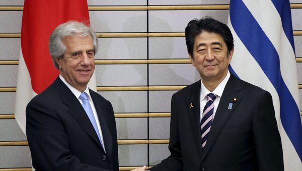 Presidente de Uruguay, Tabaré Vázquez (izda.) y primer ministro de Japón, Shinzo Abe - Sputnik Mundo