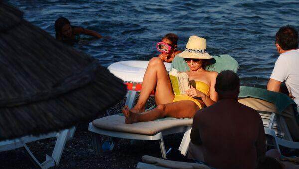 Turistas toman el sol en una playa de Alushta, Crimea - Sputnik Mundo