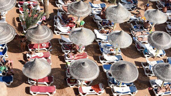 Turistas en la playa de Sharm el-Sheikh - Sputnik Mundo