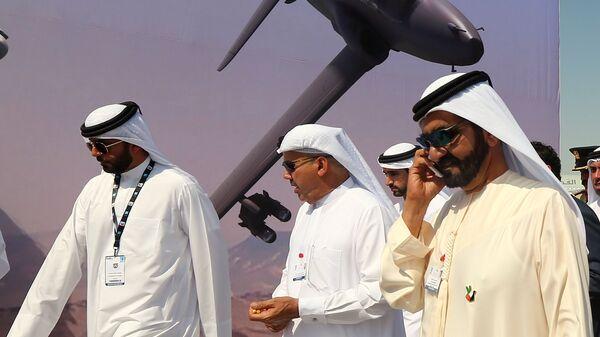 Primer ministro de Emiratos Árabes Unidos Jeque Mohamed bin Rashid Al Maktum habla por teléfono durante el salón de aviación Dubái Airshow-2015 - Sputnik Mundo