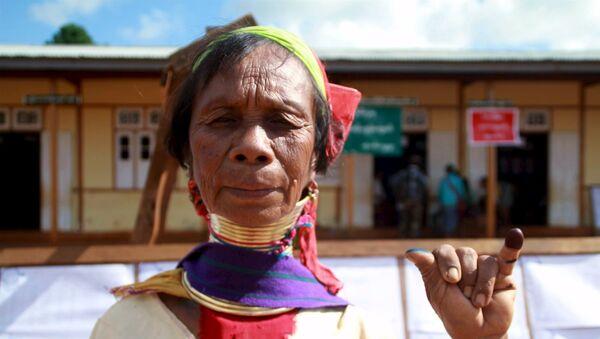 Una mujer de la etnia kayan muestra su meñique marcado con tinta indeleble al salir de un colegio electoral en Loikaw (Myanmar), el 8 de noviembre de 2015 - Sputnik Mundo