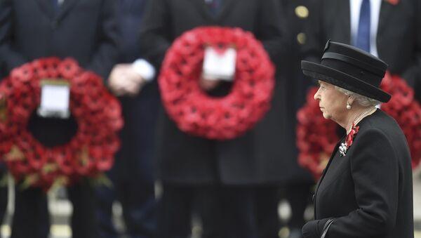Reina Isabel II acude al Cenotafio de Londres durante la ceremonia en recuerdo a los militares caídos - Sputnik Mundo