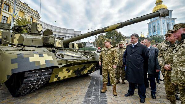 El presidente de Ucrania, Petró Poroshenko, visita la exposición de la técnica militar organizada con motivo del Día del Defensor de Ucrania - Sputnik Mundo