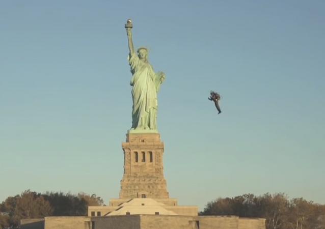 Espectacular vuelo en JetPack alrededor de la Estatua de la Libertad