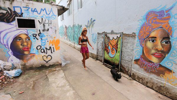 Una mujer camina en calle en Rio de Janeiro, Brasil - Sputnik Mundo
