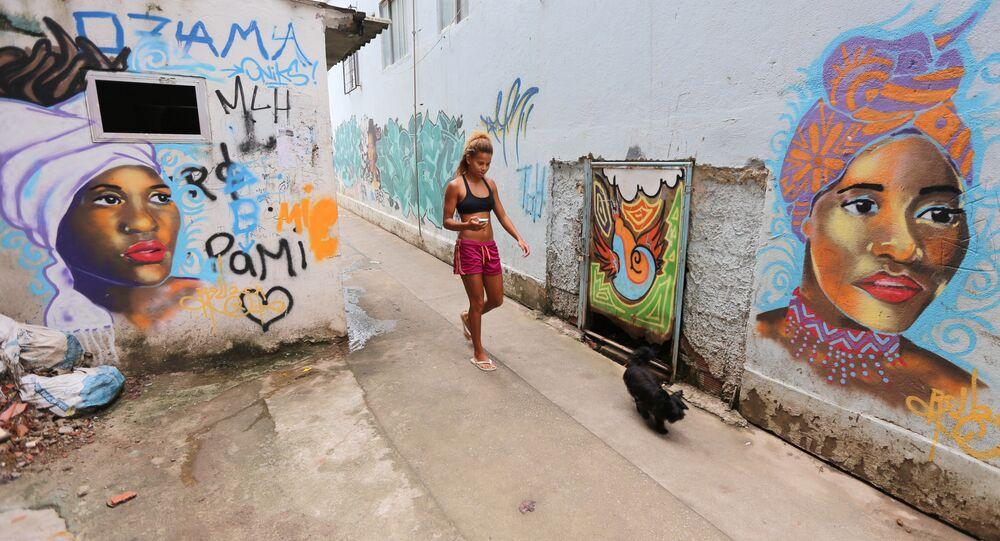Una mujer camina en calle en Rio de Janeiro, Brasil