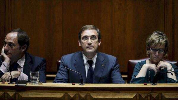 Viceprimer ministro Paulo Portas, primer ministro Pedro Passos Coelho y ministra de Estado y de las Finanzas Maria Luis Albuquerque durante los debates en el Parlamento de Portugal, 9 de noviembre de 2015 - Sputnik Mundo