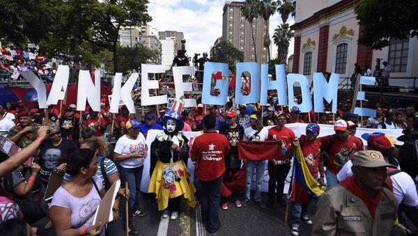 Partidarios del presidente Nicolas Maduro llevan las letras que dicen Yankee Go Home - Sputnik Mundo