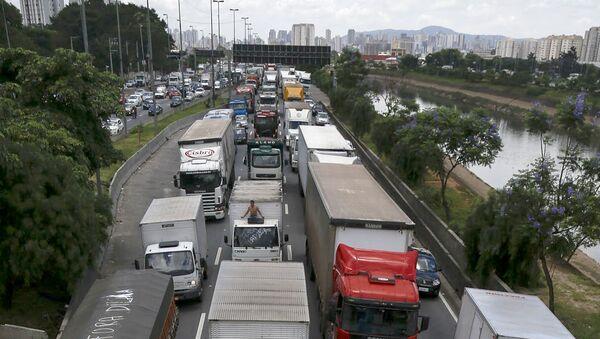 Camioneros de Brasil bloquean carreteras, 9 de noviembre de 2015 - Sputnik Mundo