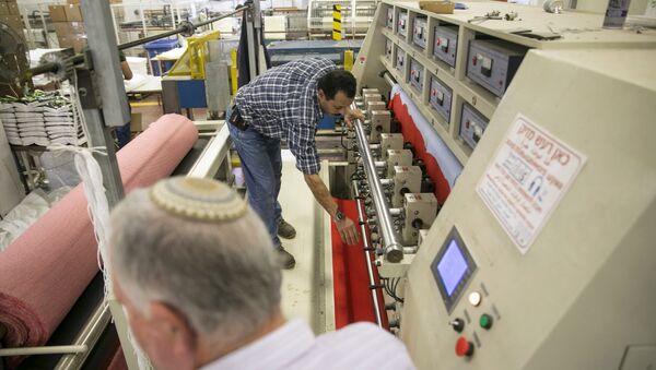 Palestino trabaja en una fábrica en Barkan, asentamiento israelí - Sputnik Mundo