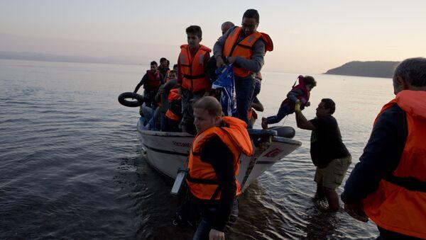 Refugiados sirios en una embarcación pesquera (Archivo) - Sputnik Mundo