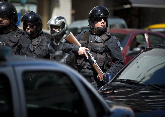 Policías colombianos en una redada antidroga.