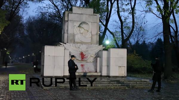 Un monumento al Ejército Rojo profanado por los vándalos polacos - Sputnik Mundo