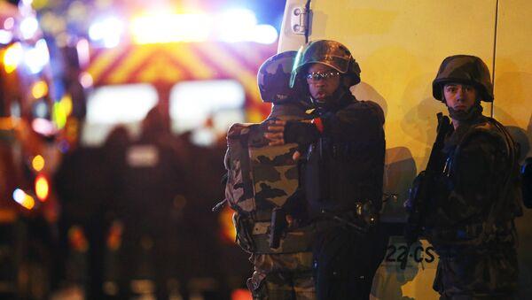 Fuerza de Seguridad de Francia rodeando el territorio de la sala de conciertos Bataclan ocupada por terroristas, el 13 de noviembre de 2015 - Sputnik Mundo