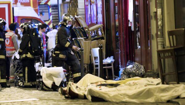 Socorristas en el lugar del atentado en París - Sputnik Mundo