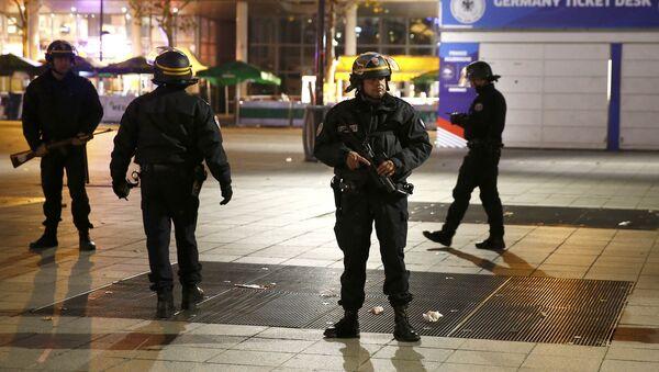 Policía francesa patrulla el lugar de un ataque terrorista - Sputnik Mundo
