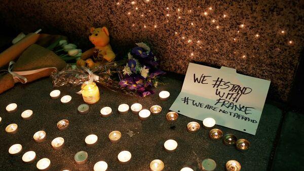 Memorial improvisado en honor a las víctimas del ataque terrorista en París - Sputnik Mundo