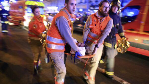 Evacuación de los heridos, atentado terrorista en Bataclan, el 13 de noviembre de 2015, París - Sputnik Mundo