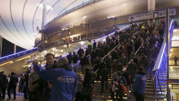 La gente abandonan el Estadio de Francia después de la explosión - Sputnik Mundo