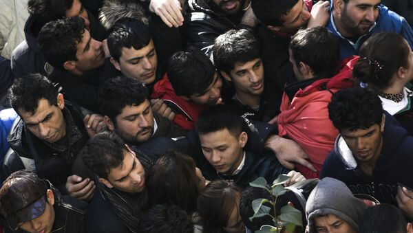 Migrantes y refugiados esperan la matriculación en una cola en Berlín (Archivo) - Sputnik Mundo
