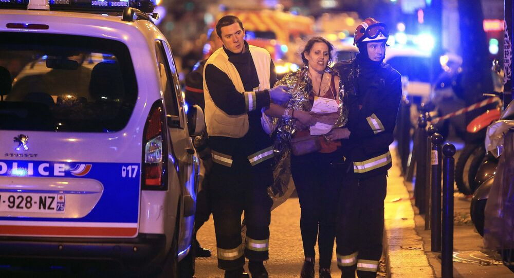 Socorristas ayudan a una mujer tras tiroteo en la sala de Bataclan en París
