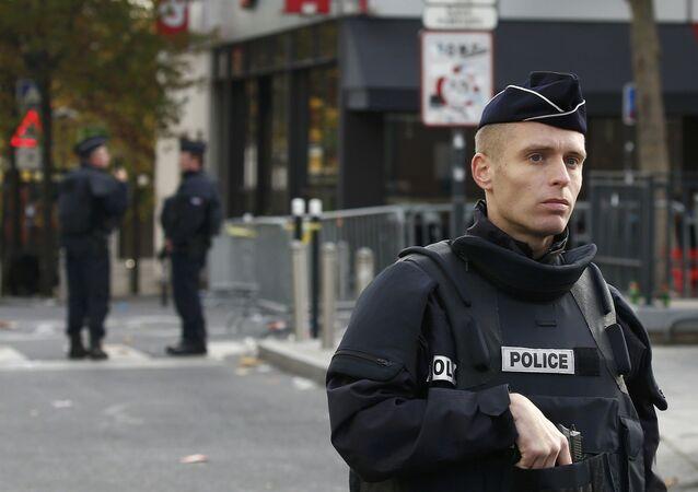 Policías franceses en el lugar del atentado en París