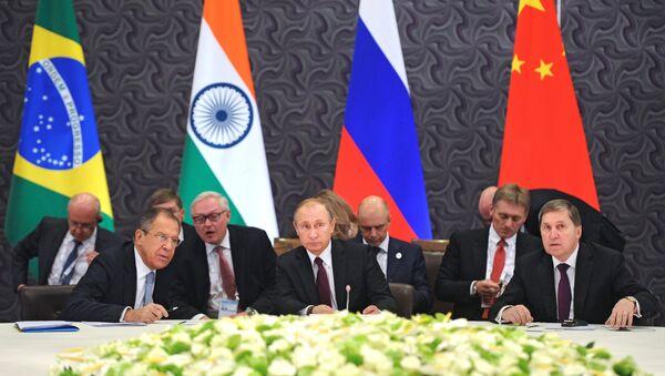Canciller de Rusia, Serguéi Lavrov (izda.) y Vladímir Putin - Sputnik Mundo