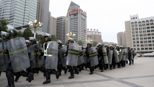 Armed paramilitary policemen run in formation during a gathering to mobilize security operations in Urumqi, Xinjiang Uighur Autonomous Region - Sputnik Mundo