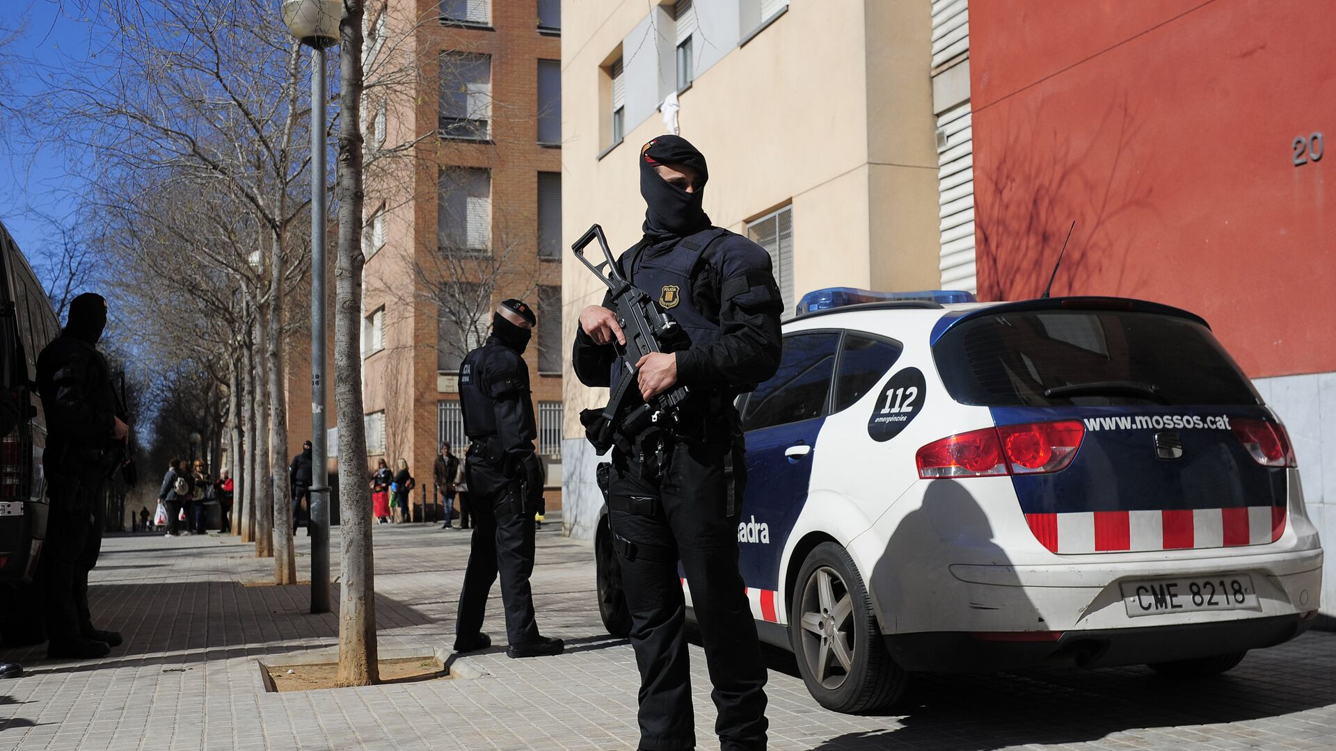 Mossos d'Esquadra regional police officers stand guard during a raid in one of the region's biggest operations against jihad activity in Sabadell, near Barcelona, Spain, Wednesday, April 8, 2015 - Sputnik Mundo, 1920, 29.04.2021