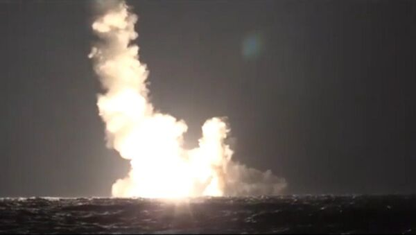 Submarino ruso dispara por primera vez dos misiles Bulavá - Sputnik Mundo
