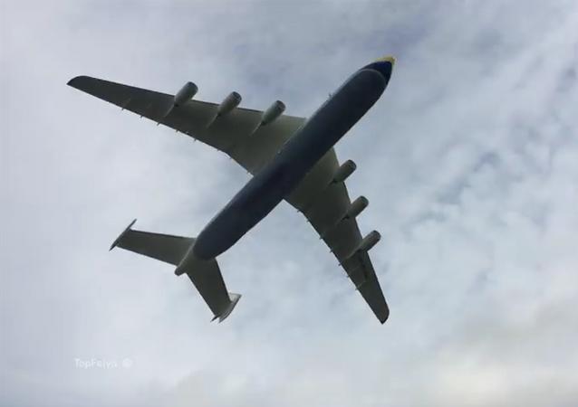 El 'gigante de los cielos' An-225 aterriza en Inglaterra