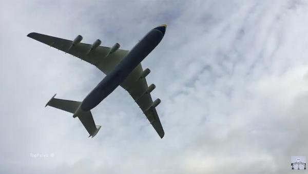 El 'gigante de los cielos' An-225 aterriza en Inglaterra - Sputnik Mundo
