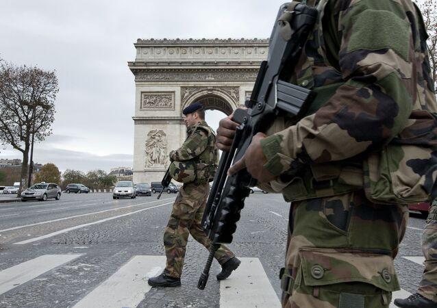 Soldados franceses en la Avenida de los Campos Elíseos en París tras una serie de atentados el 13 de noviembre de 2015