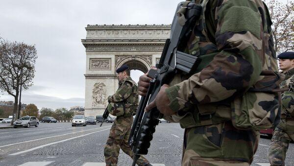 Soldados franceses en la Avenida de los Campos Elíseos en París tras una serie de atentados el 13 de noviembre de 2015 - Sputnik Mundo