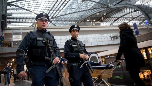 Presencia policial se ha reforzado en las estaciones de trenes en Alemania tras los atentados en París - Sputnik Mundo