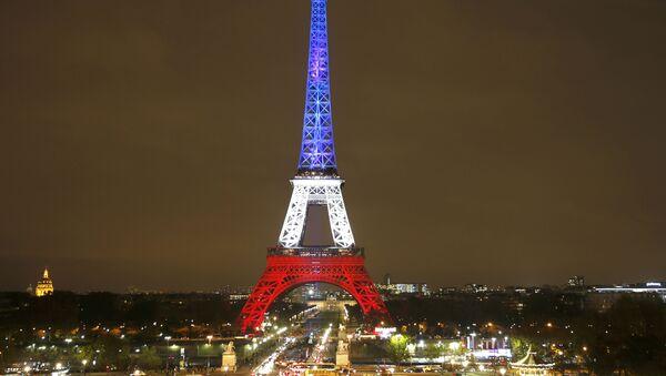 La Torre Eiffel se iluminó en homenaje a las víctimas del atentado terrorista del 13 de noviembre de 2015 - Sputnik Mundo