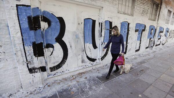 Un graffiti con la palabra buitres en Buenos Aires - Sputnik Mundo