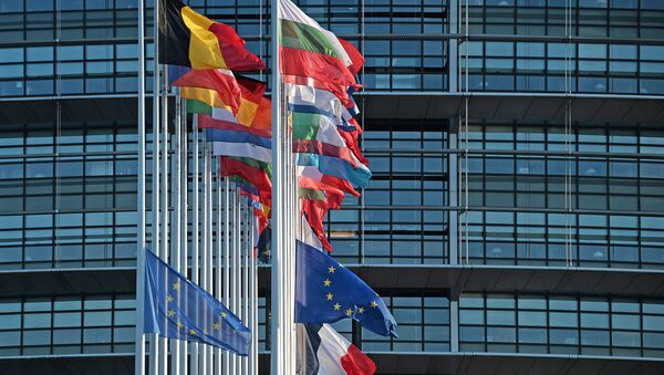 This photo taken on November 16, 2015 shows the French and European Union flags flying at half-mast in front of the European Parliament building in Strasbourg, eastern France, on November 16, 2015 - Sputnik Mundo